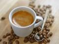Kaffe-Espresso-Kaffeebohnen-auf-Holztisch-unscharfer-Hintergrund