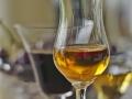 Spirituosen-Grappa-Wein-Likoer-unscharfer-Hintergrund
