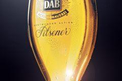 Getränkefotografie: Bierfoto eines DAB-Pils gekühlt mit Tautropfen und Lichtreflexen