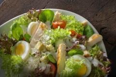Salat Fotografie: Salat mit Ei und Hühnchen vor Ort fotografiert für eine Imbisskette
