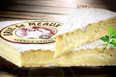 Food-Fotografie Lebensmittelfotografie: Brie de Meaux - Brie-Käse angeschnitten auf Holzuntergrund