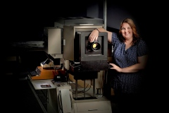 Großraum-Dunkelkammer im Fotolabor Grieger mit einem der letzten schienengeführten analogen Horizontalvergrößerern Deutschlands