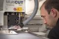 Mitarbeiter Fotolabor Grieger beim Einrichten der MultiCUT-Fräse zur Verarbeitung der DIASEC-Fotoacrylglasprodukte