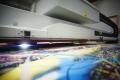 Fotolabor Grieger Düsseldorf: Der UV-Plattendirektdruck ermöglicht digitale Großformatdrucke in Fotoqualität auf fast alle Materialien (z.B. Alu-Dibond) bis 305 cm x 250 cm (Durch- und Auflichtmedien mit Weißoption)