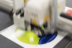 Grieger GmbH Düsseldorf: mit unserer Multicut- Konturfräse sind z. B. Freiform-Fotoacrylglasschnitte mit hoher Genauigkeit möglich