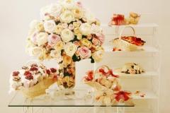 Stilllifefotografie Kunstblumenstraeusse und Wohnaccessoirs für Katalog Apricot-Hintergrund