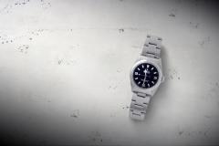 Uhr-Still-Life-Betonuntergrund-stimmungsvoll