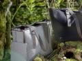 Filztaschen DAFF Naturstillife mit modischen Taschen auf Moos unter Bäumen im sonnigen Gegenlicht
