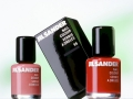 Kosmetik Fotografie Nagellack mit Umverpackung vor weiss grünem Hintergrund