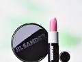Kosmetik Fotografie Lippenstift und Puderdose vor weiss grünem Hintergrund