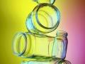 Produktfotografie Einmachglaeser balacierend übereinandergestapelt vor farbigem Hintergrund