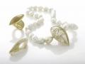Schmuckfotografie Perlenhalskette Brosche und Ring Gold