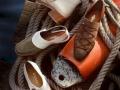 Schuhfotografie Stilllife: Schuhe auf Kai mit Boje, Tau und Wasseroberfläche