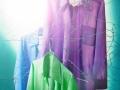 Still-life-Fotografie farbige Hemden auf Drathbügeln